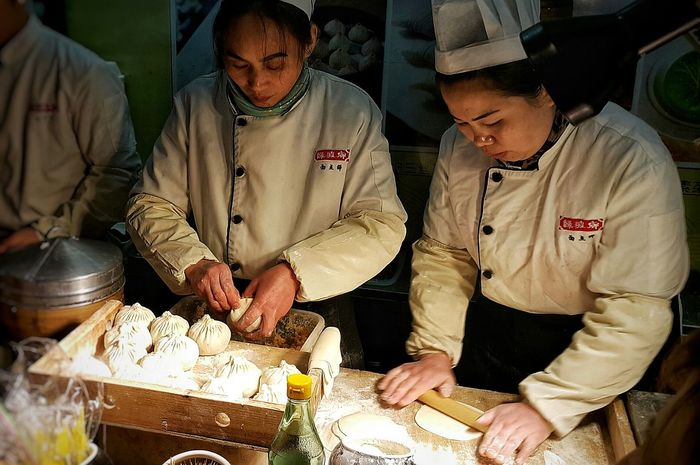 Two People Adults Only People Food Food Porn Food Photography Yummy♡ In My Mouf Snack Time! Famous Food Chef At Work Skillful People Photography People And Places People Watching Tourist Destination Delicious Chinese Food Culture at 豫园 Shanghai, China