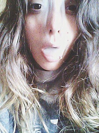 """Relaxing Onelove♥ Goodmorning Hello World That's Me """"una recta entre mis curvas, y tus indirectas, tonterias."""" versos de pasión y no de aniversario????"""