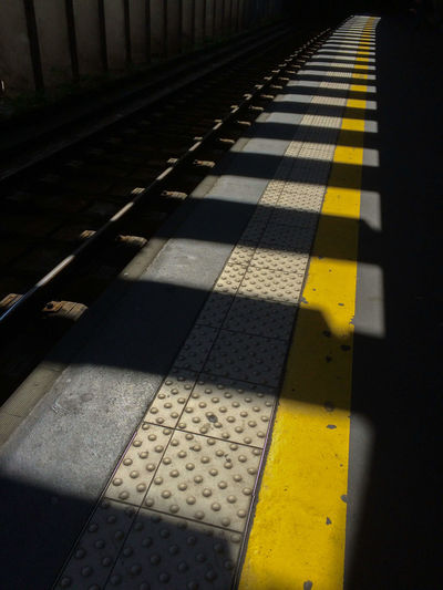 En attendant le RER à Invalides Invalides  Jaune LINE Quai Rail Railway RER C Yellow