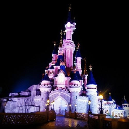 Le chateau de nuit Disney Marnelavallee Paris Parcdisney disneyland resort mickey sequoialogde mousse wood magic beautifull happy iphone @pierreyves77 galaxy samsung