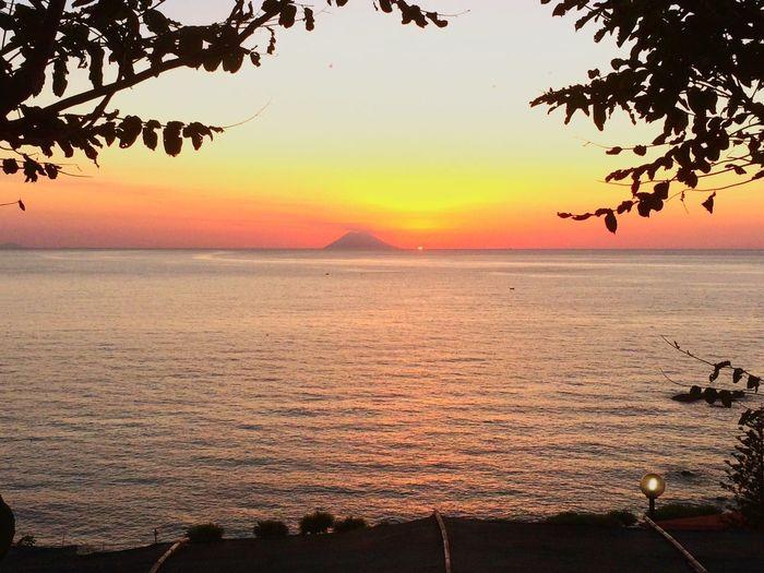 Tramonto dietro Stromboli, visto da Ricadi (Vibo Valentia) Stromboli Volcano sunset