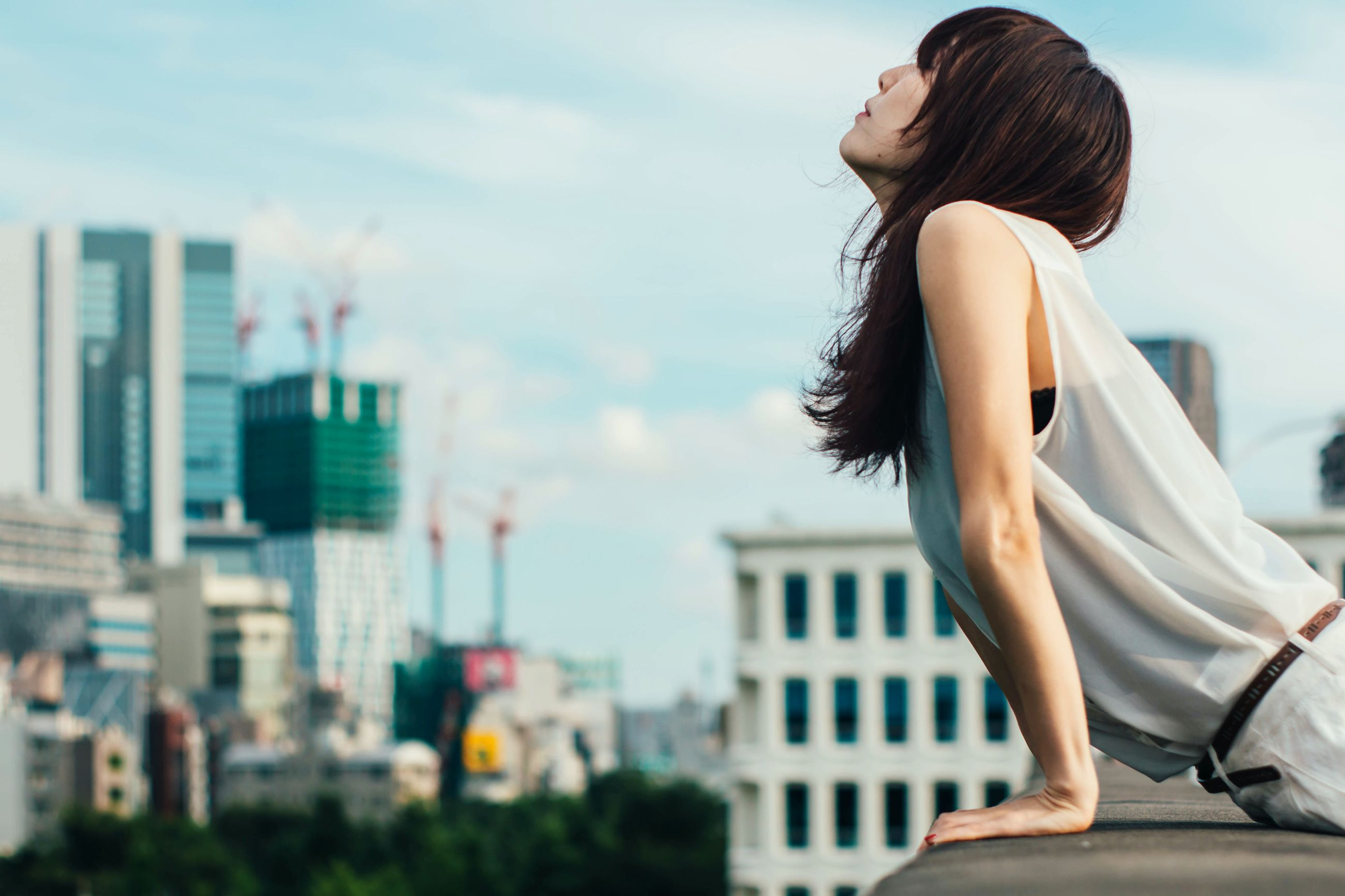 one person, real people, outdoors, building exterior, leisure activity, sky, architecture, young adult, side view, day, built structure, focus on foreground, young women, women, city, people