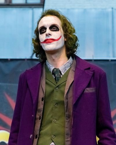 2018 Bruxelles Cosplay The Joker Close-up Comiccon Fancy Dress Competition Portrait Standing Tour Et Taxis