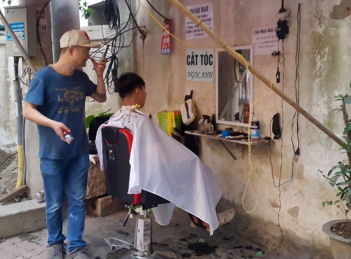 Hanoi Haircut Vietnam Street Photographer Streetphotography Side Of The Road Sidewalk Tay Ho, Vietnam Barber Shop Barber Life Seat Short Back And Sides Hồ Tây Westlake Hanoi, Vietnam Cut Clippers Clipper Clip Barber Chair Cat Toc Stylist