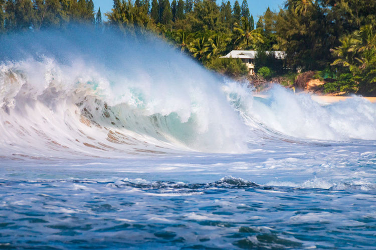 Beautiful and spectacular waves crashing at tunnels beach or makua beach, kauai, hawaii, usa
