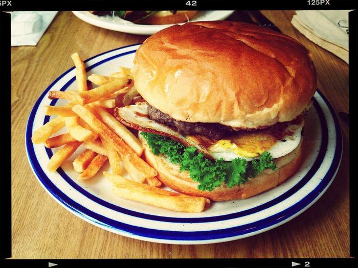 Delicious Hamburger 홍대에서 이사온 감싸롱의 대표메뉴, 감싸롱 버거.