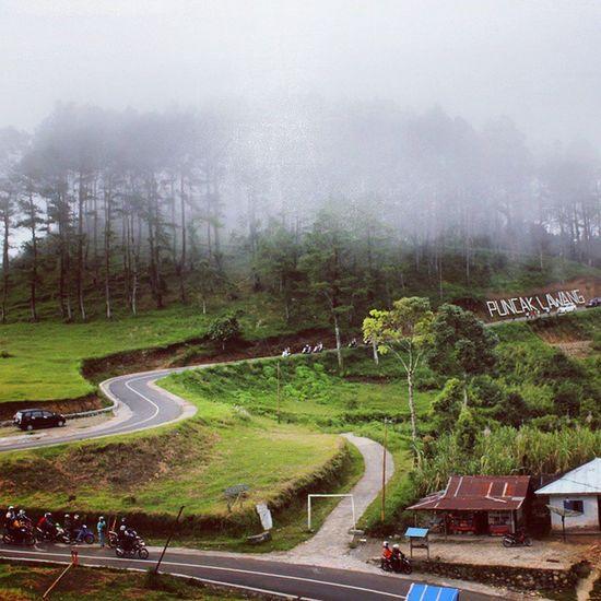 PUNCAK LAWANG Salah satu icon terbaik di sumatera barat yang merupakan sebuah dataran tinggi yang memiliki view danau maninjau dihiasi dengan hutan pinus yang indah. Kabut tipis selalu hadir ketika sore datang dan pagi hari. Udara yang segar dan fasilitas yang hiburan yang lengkap pas buat liburan keluarga. Diantaranya cafe, outbound, paralayang. PuncakMandeh Kawasanwisatamandeh Puncaklawang Danaumaninjau Maninjau Agam Bukittinggi Tanahdatar Lawang Panorama Sumbar Padang Indonesianfood INDONESIA Traveler Jalanjalanmen Jalan2man Backpacker Ivj Aira Wisataindonesia Loveindonesia Wonderfulindonesia