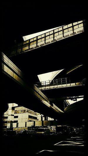 通過。 Junction Under The Highway Urban Geometry Cloudy Day