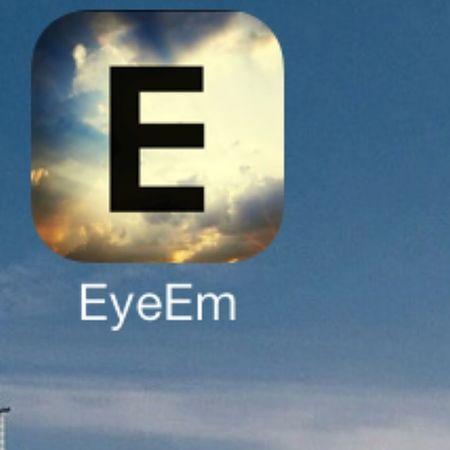 جبت لكم برامج EyeEm نفس الانستقرام عربي رهيب هناك مستخدمين للتطبيقات الحديثة يجدون تطبيق الانستغرام محدودًا جدا لكونه لا يوفر مميزات متنوعة خصوصا أثناء التعديل على صورة ما قبل نشرها، أو هناك من أصابه الملل من الانستغرام و يبحث عن بديل جديد؛ لهذا نقدم لكم اليوم البديل هو تطبيق EyeEm الذي يعد أفضل و أسهل تطبيق للتعديل على الصور و نشرها مع أصدقائك إذ يعد بذاته شبكة اجتماعية منافسة لشبكة الانستغرام. التطبيق منافس للأنستغرام و على هذا الأساس له نفس الدور ومن يعرف التعامل مع الأنتسغرام لن يصعب عليه التعامل مع التطبيق الجديد التطبيق سيمكنك من انشاء صفحة شخصية مثل مختلف الشبكات الاجتماعية و نشر صورك هناك و مشاركتها مع أصدقائك و المميز في التطبيق أكثر أنه يمكنك تعديل الصورة مباشرة منه دون الحاجة الى استخدام اي محرر صور أخر خاصة أنه يوفر العديد من الفلترات الرائعة لتحويل صورك الى لوحات فنية قبل نشرها.