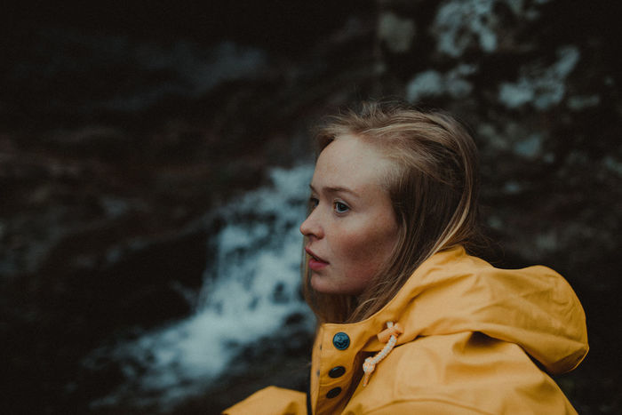PORTRAIT OF WOMAN LOOKING AWAY OUTDOORS