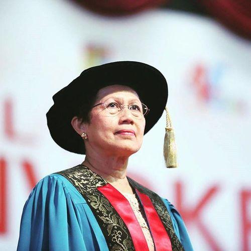 """Prof Emerita Sharifah Hapsah """"Bila bercakap biar berbahasa, jangan bersanggah jangan mencerca, suara lantang apa gunanya, hati sakit garu telinga, mereka yang beradat tak kecil jiwanya, orang hormat sampai bila-bila."""" Ukmbangi Ukm Ukmconvo Ukmmoments Sharifahhapsah Emerita Professor"""