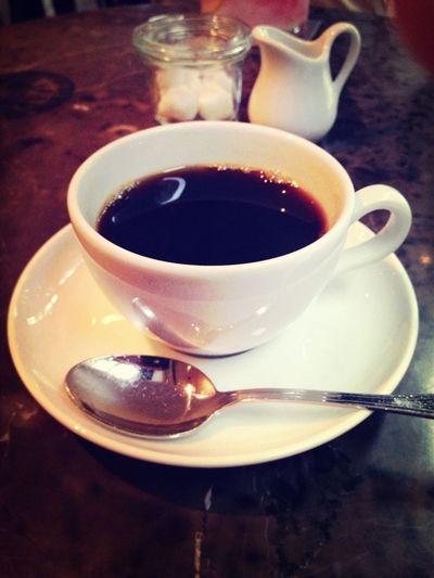 テーブル席は結構がらがらなのに、カフェコーナーに押し込められた (O_O) 昼ごはんを食べたすき家のほうがまだゆったりしている。 Drinking Coffee