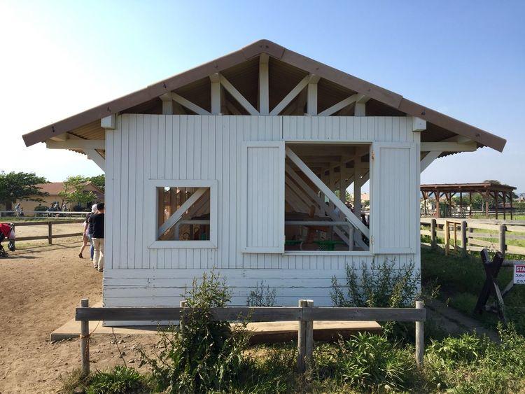 白い厩舎 White Stable Barn Farm Side View