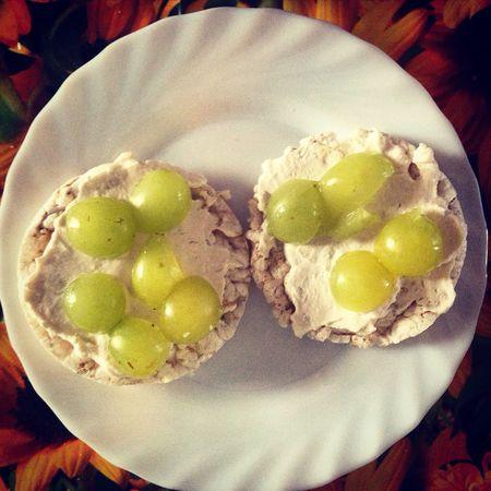Giorno 2: Spuntino con gallette di riso integrale biologico e yogurt greco fatto in casa, con sopra frutta (uva in questo caso). Diaryhealthyfoods Health Food