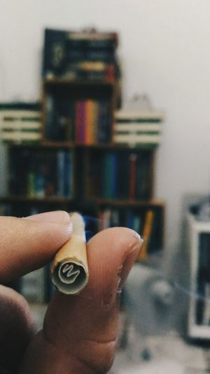 R E L A X Human Hand Holding Human Finger Close-up Weed Smoking Maconha Mãos Dedos Segurando EyeEmNewHere