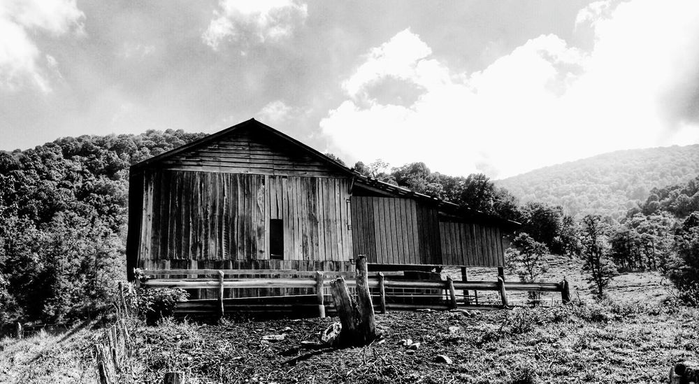 An old farm building way out in the Country. I love these old abandoned buildings, so much character! Oldfarmhouse Country Life Blackandwhite Fresh EyeEm EyeEmNewHere Betterlandscapes Cell Phone Photography