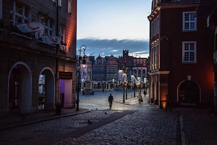 Hanging Out Discover Your City Light And Shadow Street Photography Nostalgia Stary Rynek Poznan Light And Shadows Poznań Dawn Old Market Staryrynek