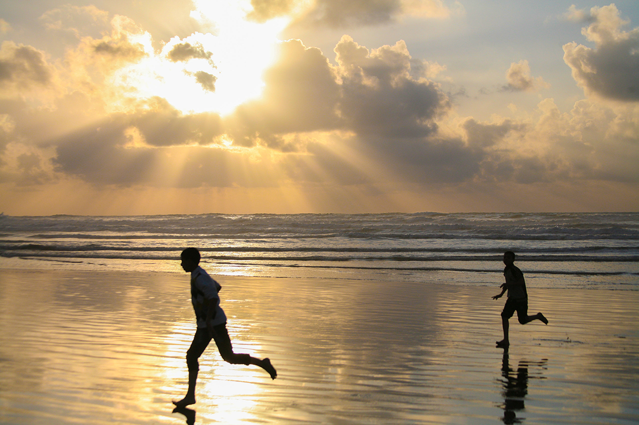 sunset, sea, water, horizon over water, silhouette, beach, sky, leisure activity, lifestyles, sun, reflection, full length, beauty in nature, scenics, vacations, men, cloud - sky, shore