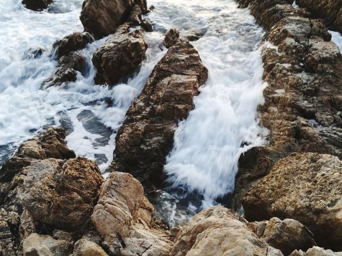 Sea Vagues Sur Les Rochers Durant Lever Dd Soleil