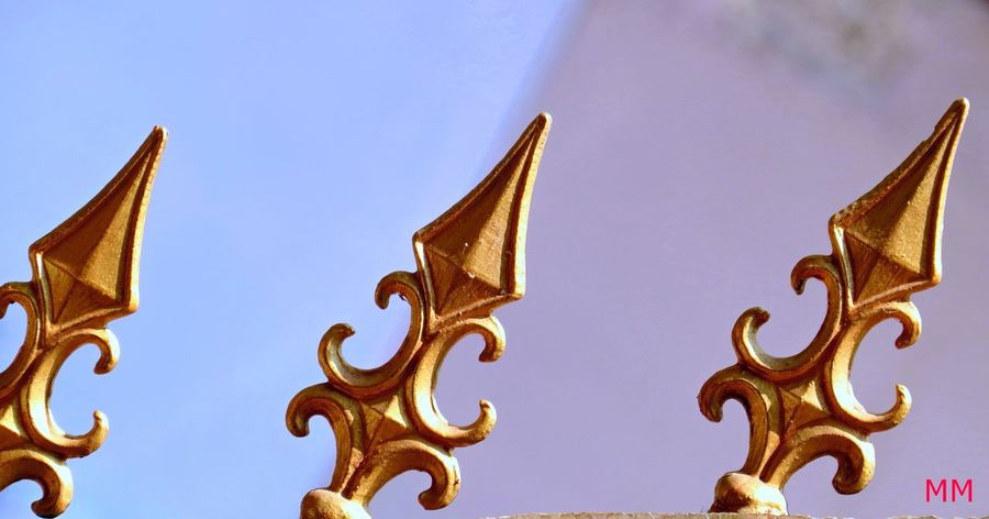 spearheads Design Gold Colored Mettalic Structure