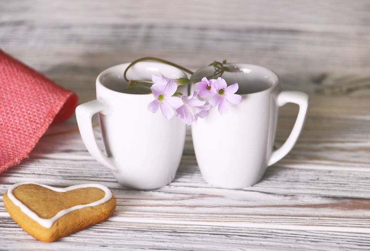 Table Freshness Flowering Plant Flower Plant Wood - Material Still Life Cup Pink Color Close-up No People Indoors  White Color Positive Emotion Purple Fragility Flower Head Cookie Heart Shape Coffee Time Coffee Time ☕ Coffee For Two Feelings