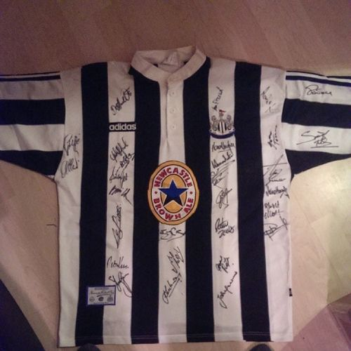 Okay, any Nufc fans want to help. I've just found this in my loft. Anyone tell me the signatures? NEFollowers TeamGeordie