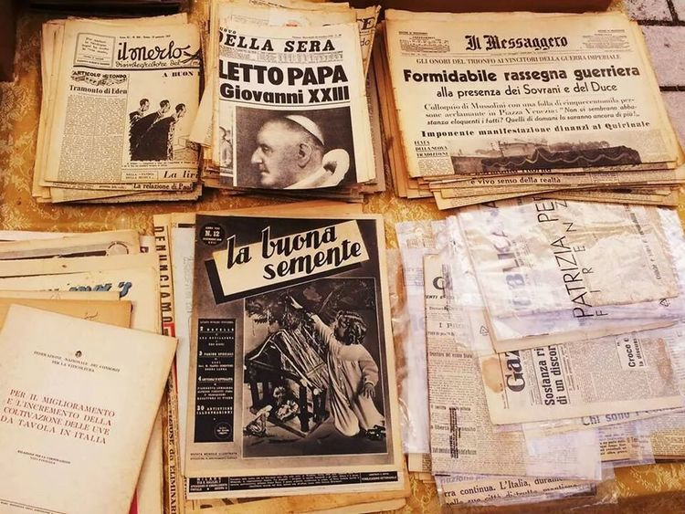 Vintage Streetphotography Old Newspaper Getting Inspired