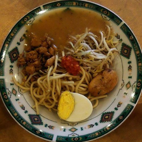 Mie Jambi. Kaldunya terbuat dari udang yg dihaluskan dikentalkan dgn tepung jagung. Jambi @williamwongso @theculinaryinstituteofamerica Acmi_cia @acmiid @santhiserad @fajar_arcana @pokijanacil Akucintamasakanindonesia DiscoverIndonesia indonesianculinary traditionalfood localdelicacy localfood worldstreetfood instanesia instafood indo foodforchange culinaryinstituteofamerica culinaryadventure fooddiplomacy sumatera indonesia
