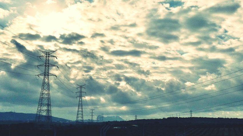 Redes eléctricas Nubes torres cielo
