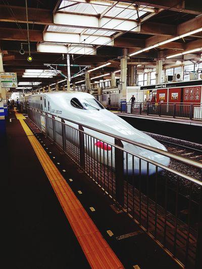 Dia de andar rápido!🚄🇯🇵 Hiroshima Station Trainstation Shinkansen Hikari Sakura Railway Japan Japan Photography Train Indoors  Public Transportation Railroad Station Platform Subway Train Day EyeEmNewHere