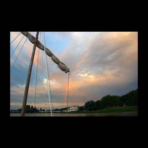 Le fleuve est pareil à ma peine Il s'écoule et ne tarit pas Quand donc finira la semaine - Guillaume Apollinaire - Loire Rainbow Eyem Best Shots Rainbows Arc-en-ciel  Amboise Touraine Boat Château Ciel
