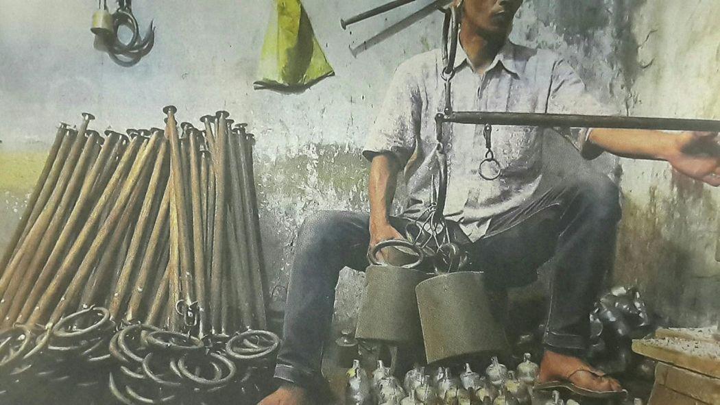 "Capturing original picture (Kompas/Rony Ariyanto Nugroho) on page 22nd of Kompas Daily Newspaper (10/16/15) had titled ""Perajin Timbangan Kati"". Perajin Pengujian Skala Akurasi Satuan Berat Timbangan Kati"