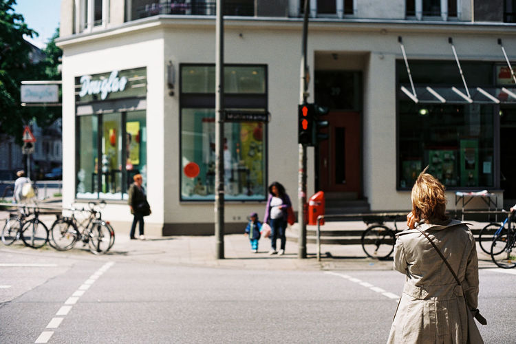 """Red isn't """"just a suggestion"""" Analog Streetphotography Hamburg 35mm Film"""
