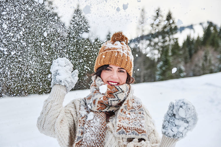 Winter portrait of a young woman. winter clothes, snow.
