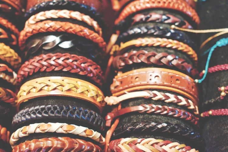 Pulseiras Leather Bracelets Bracelet Bracelet ♥ EyeEm Selects EyeEm Nature Lover EyeEm Best Shots Multi Colored Full Frame Retail  In A Row For Sale Tradition Close-up Pair Things That Go Together Decorative Art