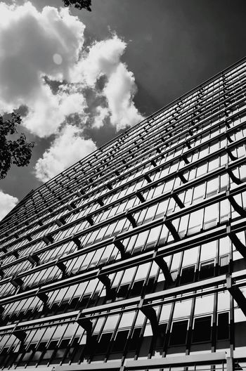 Low Angle View Architecture Built Structure Fasade Fassade Street Life Hausfassade Housefacade Façade Bnw Bnw_collection Noir Et Blanc Streetphotography_bw Bnw_shot Black & White Eyemphotography Bnw_friday_eyeemchallenge Bnw_worldwide Berlin Street Photography Monochrome Outdoors Streetart Architecture_bw Architekturfotografie Pattern The Graphic City