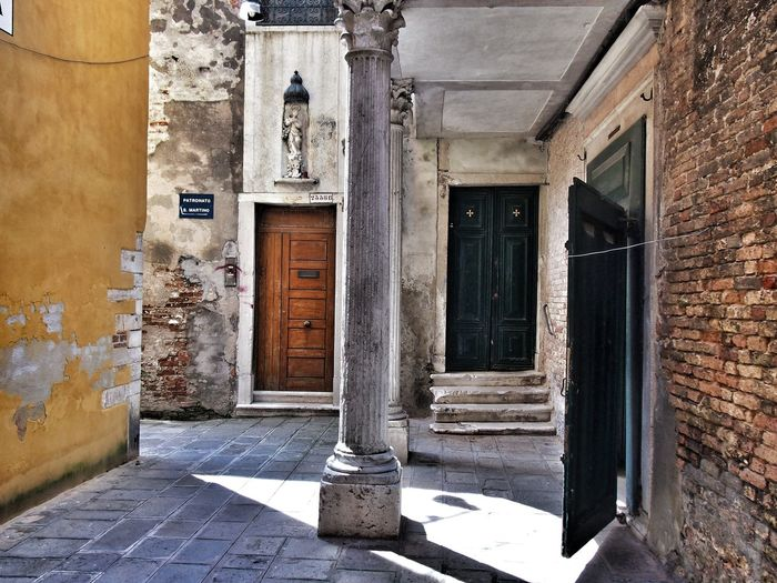 Venice (old vacation pic) Check This Out Venice Italy Italy❤️ Italy🇮🇹 Doors Doorporn Doors With Stories Doors From The Past Columns Olympus EP-3 EyeEm Best Shots Eyeemphotography Vacation Travel Travel Photography Travelphotography Beautiful