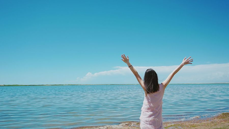 facing the sea A New Beginning Idyllic Ocesn Scene Tranquil Coast Getting Away From It All Calm Horizon Over Water Non-urban Scene Tranquility Scenics Wave Shore Beach Carefree Rear View Summer Standing Blue Sea Women Young Women Water Enjoy The Present