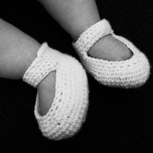 Baby Baby Feet Close-up Comfortable Crochet Crochet Shoes Elégance Fashion Holding Human Body Part Human Hand Human Leg Häkelschuhe Ideas Indoors  Lifestyles Low Section New Life Part Of Personal Perspective Real People Shoes Sitting Studio Shot Women
