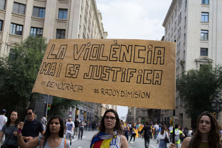 Manifestacao e greve pelo uso da forca policial em referendum na Catalunya Barcelona Catalunya Protest Catalunyaindependent Huelga Huelga General #3O Manifestación Manifestation Police Police Force Policia Referendum Vaga