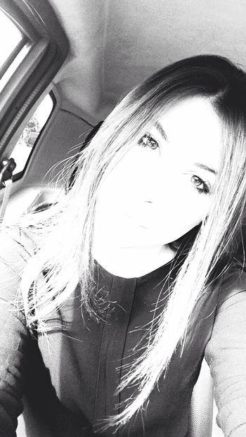 Resti la bussola nord della vita che mi bussa e mi invortica A volte scortica Che mi porta in un'altra orbita E non importa se siamo vicini o distanti Se a volte ti giri e mi guardi Siamo soli Pezzi di cuori infranti Anche se corri non vai molto Avanti 👀