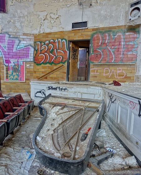 The piano in the auditorium. More here: http://www.placesthatwere.com/2017/01/horace-mann-school-abandoned-gary-indiana.html Abandoned School Abandoned & Derelict Urban Exploration Decay Bleak Abandoned Building Abandoned Buildings Abandoned Places Urban Decay Urbex Creepy Eerie Ruin Abandoned Forgotten Forgotten Place Eerie Beautiful Theater Ruins Abandoned Theater Rust Belt Graffiti Piano Vandalism School