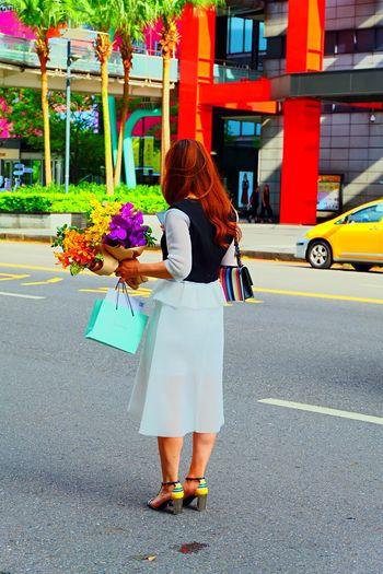 X-A1 Fujifilm レンズの向こう 花束 台北 Woman 台湾 後ろ姿 City Street Flower