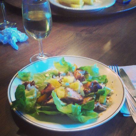 #grilled #chicken, #bellpeper, and #pineapple #salad. #whitewine #healthyfood Chicken Salad Grilled Pineapple Mammoth Whitewine Healthyfood Mammothmountain Mammothlakes Mammothvillage Bellpeper