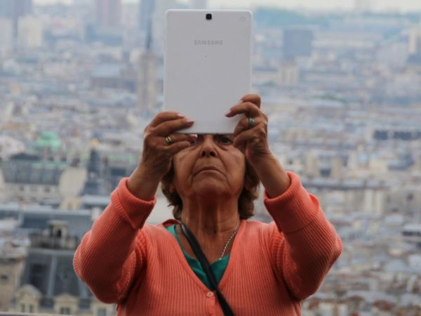 Samsung Tablet Tadaa Community Tourist Funny Frankreich Allone  Tadaa Community Picoftheday Take A Walk Amazing View Europa Skyline French Trip Streetphotography Human Hand City Headshot Close-up One Senior Woman Only