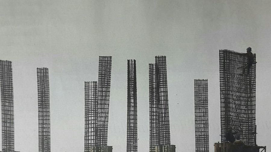 """Capturing original picture (Kompas/P Raditya Mahendra Yasa) on page 20th of Kompas Daily Newspaper (10/12/15) had titled """"Pasar Konstruksi"""". Pekerja Tiang Konstruksi Baja"""