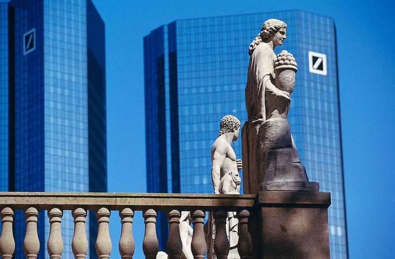 Frankfurt, Bankentürme, skyscrapers, Figuren vor Deutsche Bank Bankbuilding, Banktower Deutsche Bank Architecture Art And Craft Building Exterior Built Structure Day Human Representation No People Outdoors Sculpture Statue