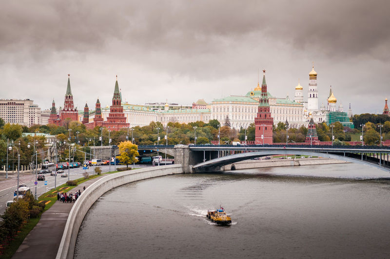 Moskow moskva river curve, kremlin palace building with bolshoy kemenny bridge on cloudy rainy day