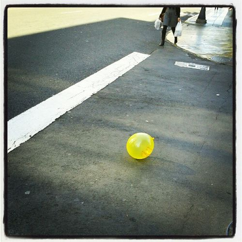 Globo amarillo sin dueño | Yellow balloon without owner Globo Sopladera Amarillo Amarilla Street Calle Yellow Balloon