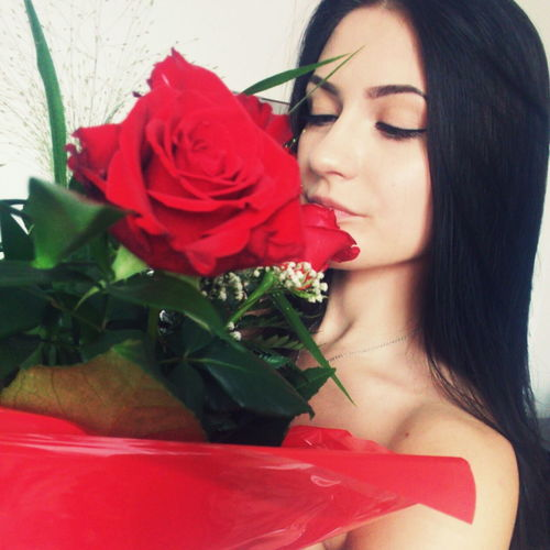 Roses Roses🌹 Flowers Red Roses Girl Girl With Flowers Girl With Rose Dziewczyna Brunette Smile Plants